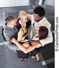 grupo, pessoas negócio, fazer, huddle