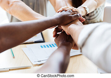 grupo, pessoas negócio, junto, mãos, associando