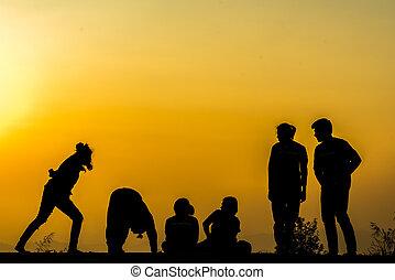 grupo, pessoas, prática, pôr do sol, silueta, ioga, praia