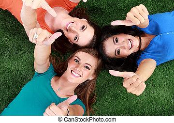 grupo, polegar, mostrando, meninas, cima, capim, mentindo