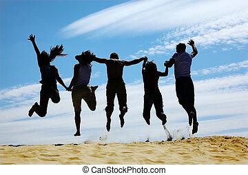 grupo, saltos, arena, amigos, vista trasera