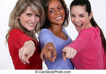 grupo, señalar, joven, dedos, su, mujeres