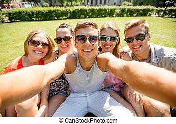grupo, selfie, parque, elaboración, sonriente, amigos
