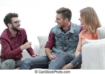 grupo, sentada de la gente, joven, sofá, hablar