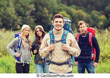 grupo, sorrindo, amigos, mochilas, hiking