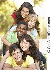 grupo teenagers, empilhado, parque