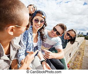 grupo teenagers, pendurando