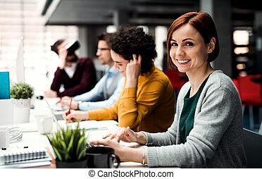 grupo, trabalhando, escritório., jovem, businesspeople, vr, óculos proteção