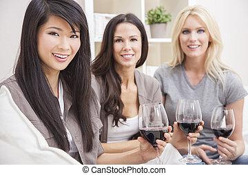 grupo, tres, interracial, bebida, mujeres, amigos, vino