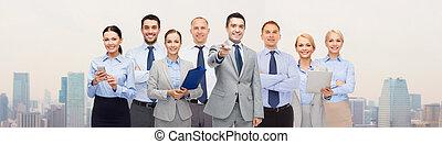 grupp, affär, pekande, folk, dig, lycklig