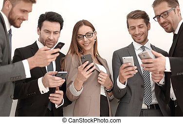 grupp, affärsfolk, telefoner, meddelande, läsning