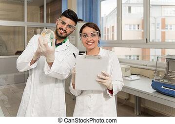grupp, av, deltagare, arbeta vid, laboratorium
