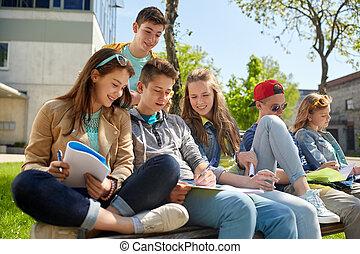 grupp, av, deltagare, med, anteckningsböcker, hos, skola gård