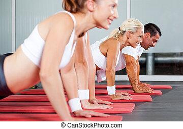 grupp, av, fitness, folk, gör, liggande armhävning