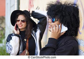 grupp, av, flickor, med, rörlig telefonera, i staden