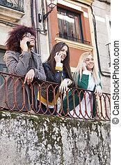 grupp, av, flickor, på streeten, prata på tel