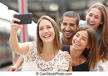 grupp, av, fyra, vänner, tagande, selfie, med, a, smart, ringa