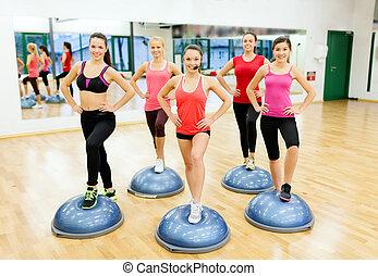 grupp, av, kvinnlig, gör, aerobics, med, halvt, boll
