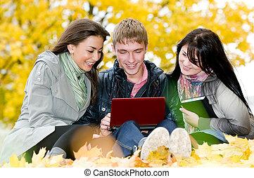grupp, av, le, ung, deltagare, utomhus