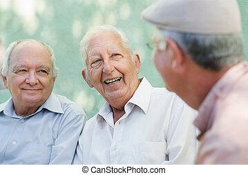 grupp, av, lycklig, äldre herrar, skratta, och, talande