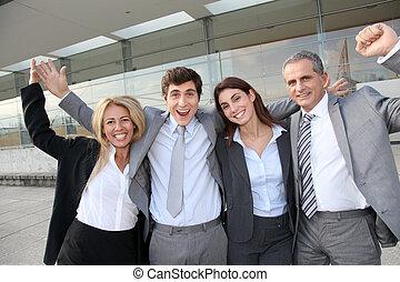 grupp, av, lycklig, affärsfolk, stående, utanför