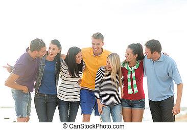 grupp, av, lycklig, vänner, talande, på, strand