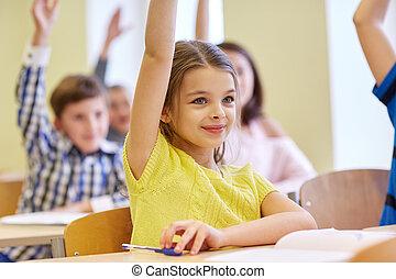 grupp, av, skola skämtar, med, anteckningsböcker, in, klassrum