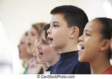 grupp, av, skolabarn, sjungande, in, kor, tillsammans