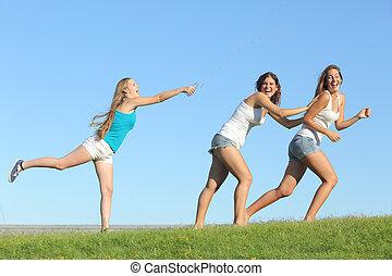 grupp, av, tonåring, flickor, leka, kastande, vatten