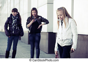 grupp, av, tonåring flickor, med, a, mobiltelefon, på streeten