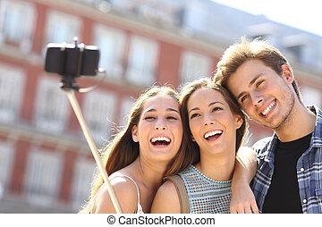 grupp, av, turist, vänner, tagande, selfie, med, smart, ringa