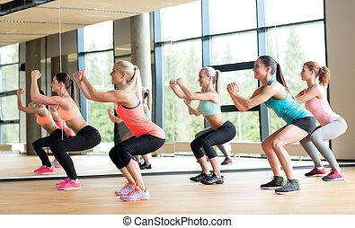 grupp av women, arbete ut, in, gymnastiksal