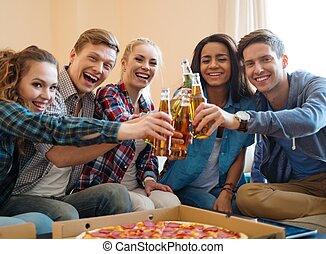 grupp, flaskor, dricka, ung, fira, inre, hem, vänner, pizza