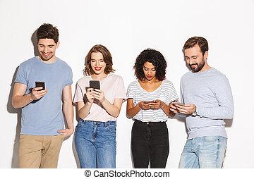 grupp, folk, rörlig telefonerar, blandras, användande, lycklig