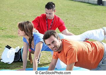 grupp, görande push-ups, i park