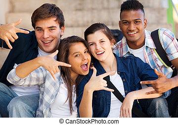 grupp, ge sig, teenagers, hand signerar, kylig