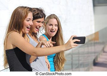 grupp, hålla ögonen på, flickor, tre, ringa, tonåring, förvåna, smart