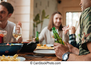 grupp, herrar prata, öl, bord, drickande