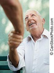 grupp, män, äldre, talande, skratta, lycklig