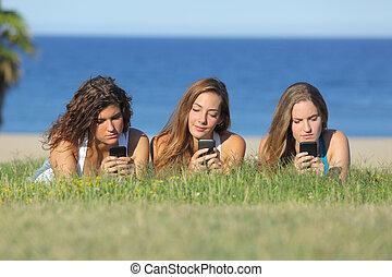 grupp, mobil, flickor, tre, ringa, tonåring, maskinskrivning, gräs, lögnaktig