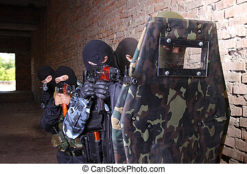 grupp, skydda, soldat, bak, gripande, taktisk