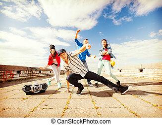 grupp, teenagers, dansande
