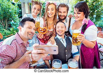 grupp, trädgård, tagande, selfie, glad, öl, vänner, bayersk