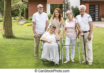 grupp, trädgård, vänner, äldre, deras, utanför, caregiver, home., omsorg
