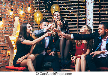 gruppe, cheers!, feiern, während, party, klirren,...