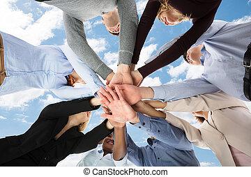 gruppe, deres, stakke, studerende, læreanstalt, hænder