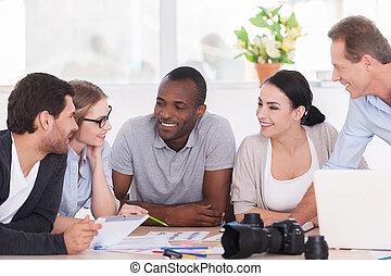 gruppe, discussion., buero, sitzen, geschäftsmenschen, zusammen, heiter, etwas, tisch, besprechen, feundliches