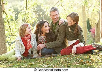 Gruppe, familie, entspannend, Herbst, draußen, landschaftsbild