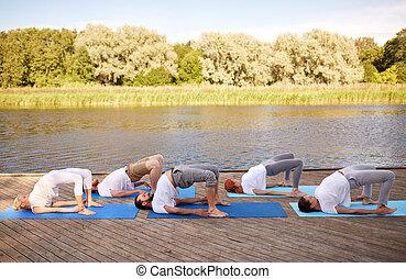 gruppe folk, indgåelse, yoga, udøvelser, udendørs