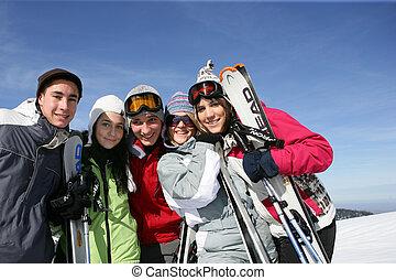 gruppe freunde, an, fahren ski zuflucht